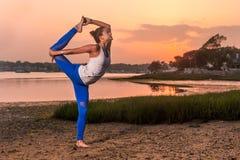瑜伽Natarajasana变异舞蹈家姿势海滩 库存图片