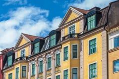 瑞典五颜六色的公寓行在卡尔斯克鲁纳 免版税库存照片