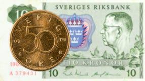 50瑞典人反对10瑞典克朗笔记的oere硬币 库存照片