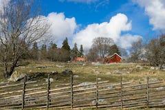 瑞典传统房子和篱芭 免版税图库摄影