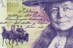 瑞典克朗钞票仔细的审视  免版税库存照片