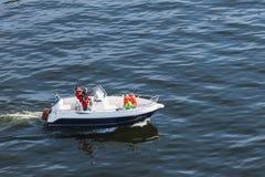 瑞典家庭做小船旅行 库存照片