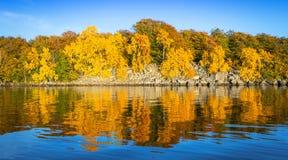 瑞典岩石沿海秋天全景与反射的 库存图片