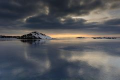 瑞典日落和海岛的好的反射在海洋 库存图片