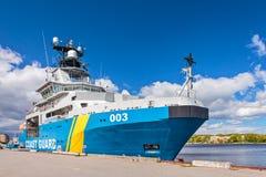 瑞典海岸警备队船在市的港口卡尔斯克龙 免版税库存照片