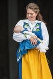 瑞典的马德琳公主有Leonore公主的她的胳膊的a 免版税库存照片