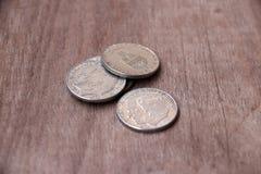 瑞典,瑞典克朗金钱, co的硬币在木地板上的 库存照片