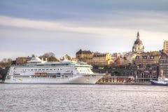 瑞典 城市斯德哥尔摩 1次鸟飞行s 小珠靠岸的 免版税库存照片