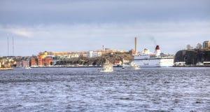 瑞典 城市斯德哥尔摩 1次鸟飞行s 小珠靠岸的 库存图片