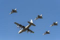 瑞典C-130赫拉克勒斯罐车和四架Gripen战斗机 库存图片