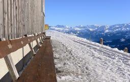 从瑞吉峰Kulm的看法在与长木凳的冬天采取的v 免版税图库摄影