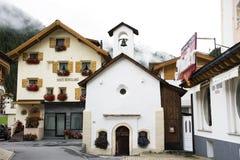 瑞士人和外国人旅客祈祷和参观在小教会拍照片在Samnaun村庄 免版税库存照片