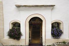 瑞士人和外国人旅客祈祷和参观在小教会拍照片在Samnaun村庄 免版税库存图片