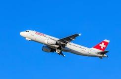 瑞士人空中客车A-320以后在苏黎世机场中离开 库存图片
