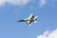瑞士人空军队F/A-18大黄蜂与凝聚小河 免版税库存照片