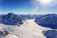 瑞士人Aletch冰川叉流直升机视图在冬天 库存照片