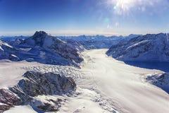 瑞士人Aletch冰川秋天直升机视图在冬天 库存照片