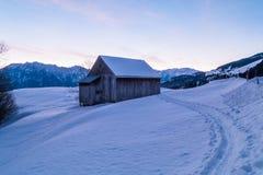 瑞士冬天-在雪下的小屋 免版税库存照片