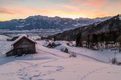 瑞士冬天-在雪和山盖的小屋 库存照片