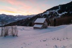 瑞士冬天-在雪和山盖的小屋 图库摄影