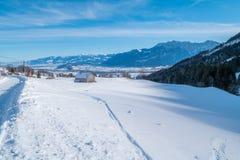 瑞士冬天-在雪盖的谷仓 库存照片