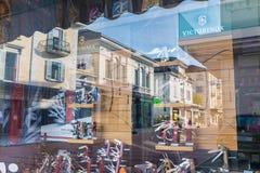 瑞士刀子商店;刀子多功能和与许多工具 免版税库存图片