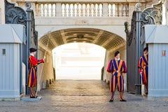 瑞士守卫守卫入口到梵蒂冈 库存照片