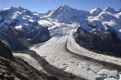 瑞士对Dufourspitze和融化冰河的阿尔卑斯全景 免版税库存图片