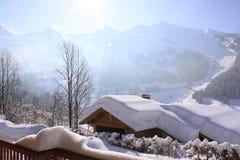 瑞士山中的牧人小屋下屋顶雪 库存照片