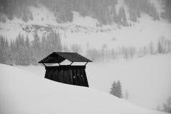 瑞士山中的牧人小屋下烟囱雪 免版税库存照片