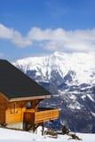 瑞士山中的牧人小屋传统冬天 免版税库存图片