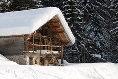 瑞士山中的牧人小屋冬天 库存照片