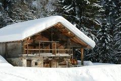 瑞士山中的牧人小屋冬天 免版税库存图片
