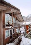瑞士山中的牧人小屋冬天 免版税库存照片