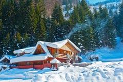 瑞士山中的牧人小屋包括山雪 免版税库存照片