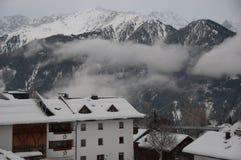 瑞士山中的牧人小屋和山在大雪以后 库存照片