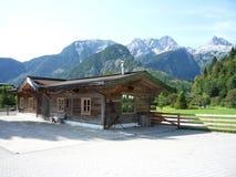 瑞士山中的牧人小屋和山 免版税库存图片