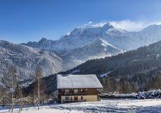 瑞士山中的牧人小屋在冬天 库存照片