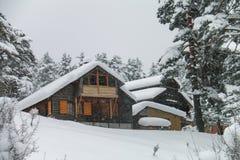 瑞士山中的牧人小屋在冬天- Abant -博卢-土耳其 库存照片