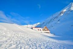 瑞士山中的牧人小屋在Balea湖Fagaras山的,罗马尼亚的冬天期间 免版税图库摄影