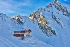 瑞士山中的牧人小屋在Balea湖Fagaras山的,罗马尼亚的冬天期间 库存照片