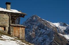 瑞士山中的牧人小屋大厦在阿尔卑斯 免版税库存图片