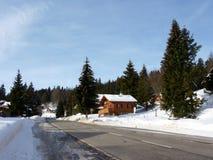 瑞士山中的牧人小屋山冬天 图库摄影