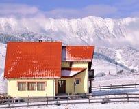 瑞士山中的牧人小屋山景 免版税图库摄影
