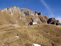 瑞士山中的牧人小屋山景 库存图片