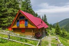 瑞士山中的牧人小屋山镶板太阳 库存图片