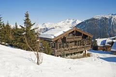 瑞士山中的牧人小屋山雪 库存图片