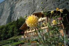 瑞士山中的牧人小屋山 库存照片