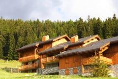 瑞士山中的牧人小屋手段滑雪 免版税图库摄影