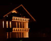 瑞士山中的牧人小屋晚上 免版税库存图片